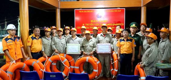 Xuyên đêm cứu cùng lúc hai tàu cá gặp nạn tại vùng biển Hoàng Sa - Ảnh 2