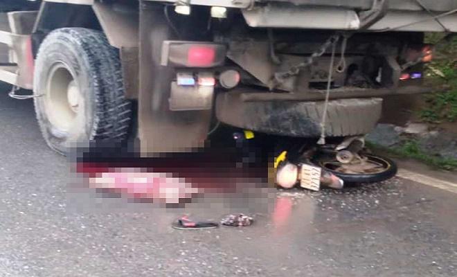 Yên Bái: Thanh niên 18 tuổi bị thương nặng vì tông vào xe tải đang đỗ - Ảnh 1