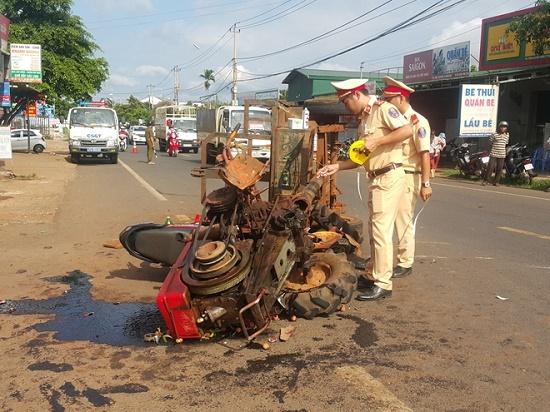 Xe máy cày tông trực diện xe máy, 10 người bị thương tại Đắk Lắk - Ảnh 1