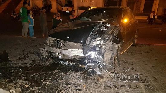 Hà Nội: Mercedes tông thẳng vào chân cầu vượt Láng Hạ, đầu xe biến dạng - Ảnh 1