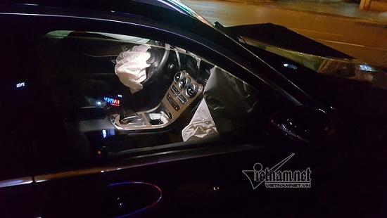 Hà Nội: Mercedes tông thẳng vào chân cầu vượt Láng Hạ, đầu xe biến dạng - Ảnh 2