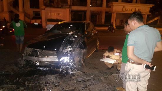 Hà Nội: Mercedes tông thẳng vào chân cầu vượt Láng Hạ, đầu xe biến dạng - Ảnh 3