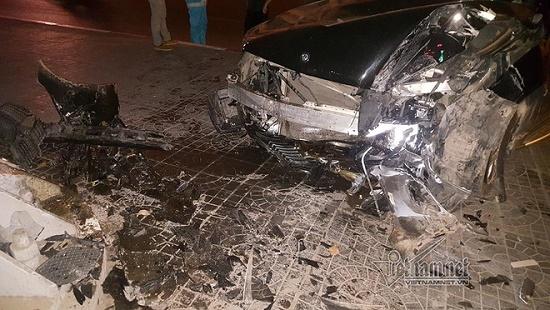 Hà Nội: Mercedes tông thẳng vào chân cầu vượt Láng Hạ, đầu xe biến dạng - Ảnh 4