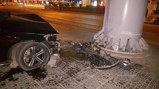 Hà Nội: Mercedes tông thẳng vào chân cầu vượt Láng Hạ, đầu xe biến dạng - Ảnh 5