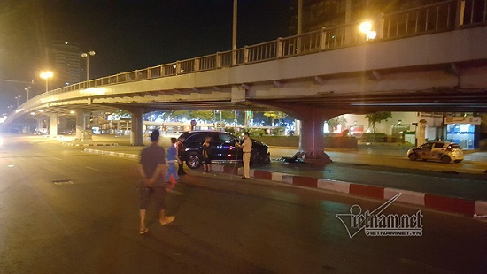 Hà Nội: Mercedes tông thẳng vào chân cầu vượt Láng Hạ, đầu xe biến dạng - Ảnh 6