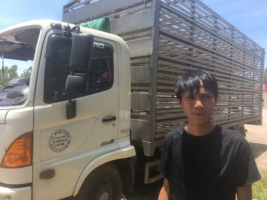 """Công an vào cuộc điều tra vụ dân xúm vào """"hôi vịt"""" trên xe tải bị lật ở Quảng Bình - Ảnh 2"""