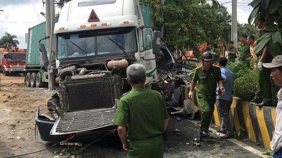 Tai nạn kinh hoàng: Container tông trực diện ô tô 4 chỗ, 3 người tử vong - Ảnh 1