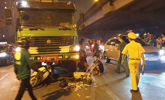 Hà Nội: Va chạm kinh hoàng với xe tải, 2 người thương vong - Ảnh 1