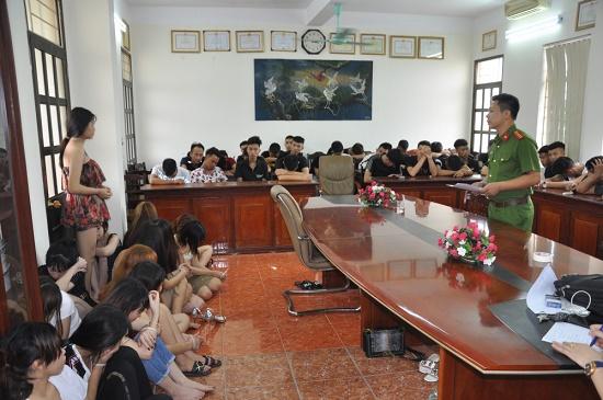 Hải Dương: Bắt giữ 135 nam nữ thanh niên bay lắc điên cuồng cùng ma túy - Ảnh 2