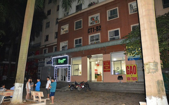 Bàng hoàng phát hiện bé gái nguy kịch trên mái tôn chung cư tại Hà Nội - Ảnh 1
