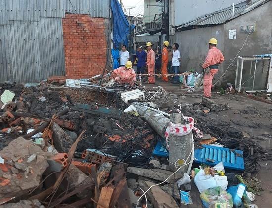 Cột điện gãy đè chết công nhân lắp cống thoát nước tại Cần Thơ - Ảnh 1