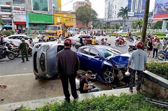 Va chạm kinh hoàng trong đêm khiến xe khách bị lật, 3 người nhập viện - Ảnh 2