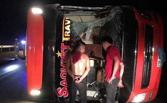 Va chạm kinh hoàng trong đêm khiến xe khách bị lật, 3 người nhập viện - Ảnh 1