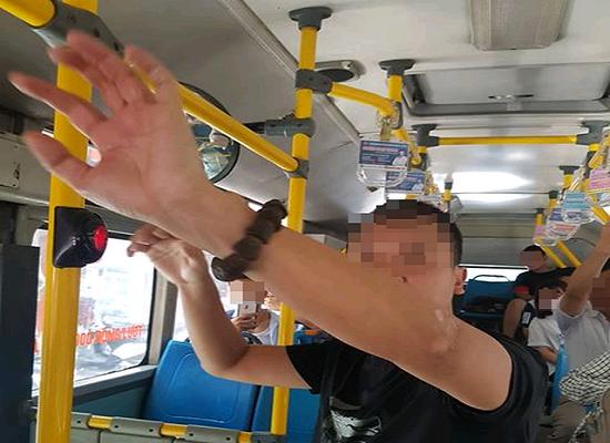 """Vụ kẻ biến thái """"tự sướng"""" gần nữ sinh trên xe buýt ở Hà Nội: Công an vào cuộc điều tra - Ảnh 1"""