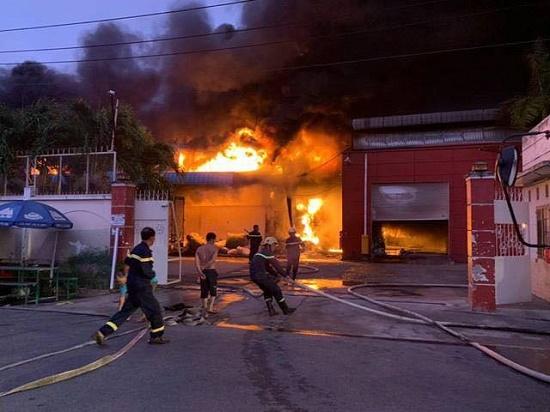 Long An: Cháy lớn, khói đen bốc lên ngùn ngụt tại công ty sản xuất vỏ cơm hộp, thiệt hại gần 30 tỉ đồng - Ảnh 1