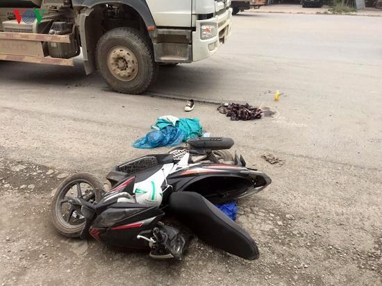 Hà Nội: Nam sinh bị xe bồn tông gãy chân trên đường đi thi về - Ảnh 1