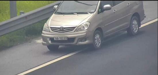 Tước bằng lái, xử phạt 1 triệu đồng nữ tài xế lùi xe trên cao tốc Hà Nội-Hải Phòng - Ảnh 1