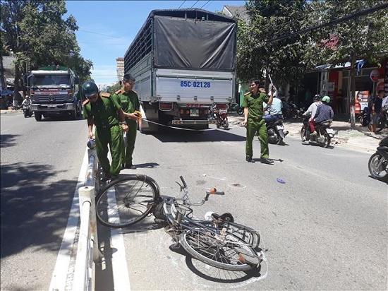 Băng qua dải phân cách, người phụ nữ bị xe tải tông tử vong tại Ninh Thuận - Ảnh 1