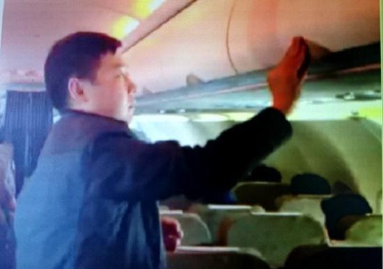 Liên tiếp bắt quả tang hành khách nước ngoài trộm cắp hành lí trên máy bay - Ảnh 1