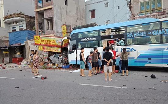 Xe khách húc ô tô con tông thẳng vào nhà dân ở Nam Định, 3 người thương vong - Ảnh 1