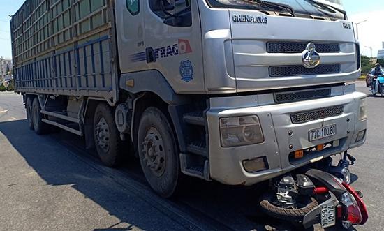 Tai nạn giao thông kinh hoàng tại Đà Nẵng, cô gái bị cuốn vào gầm xe tải tử vong thương tâm - Ảnh 1