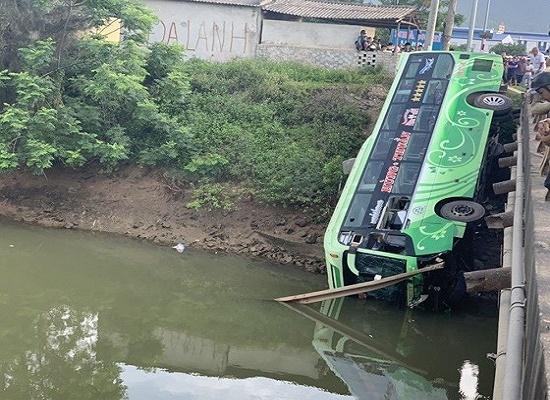 Thanh Hóa: Xe khách bất ngờ lao xuống sông khiến 1 người tử vong, nhiều người bị thương - Ảnh 1