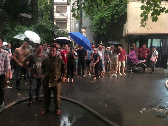 Hà Nội: Kho hàng giữa phố đông đúc bất ngờ bốc cháy dưới trời mưa lớn - Ảnh 2