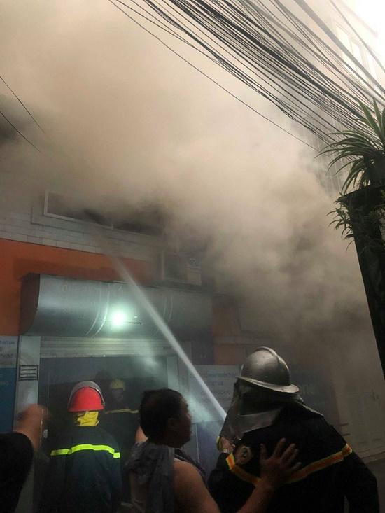 Hà Nội: Kho hàng giữa phố đông đúc bất ngờ bốc cháy dưới trời mưa lớn - Ảnh 3