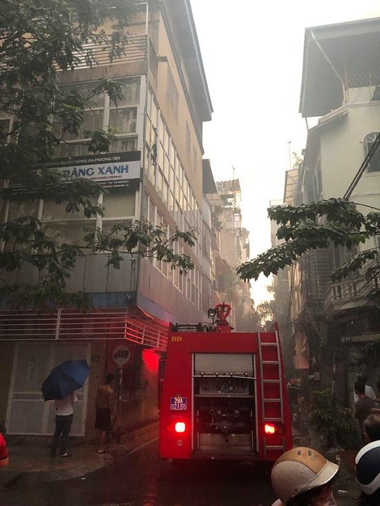 Hà Nội: Kho hàng giữa phố đông đúc bất ngờ bốc cháy dưới trời mưa lớn - Ảnh 4