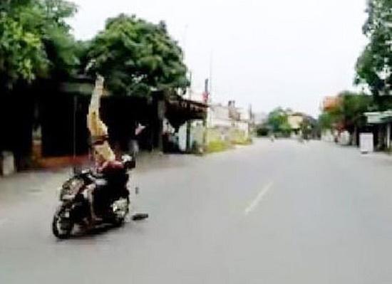 """Vụ """"quái xế"""" đi xe máy hất tung CSGT ở Hải Phòng: Hé lộ tốc độ của xe máy lúc gây tai nạn - Ảnh 1"""