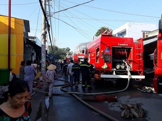 TP.HCM: Cháy lớn tại cơ sở kinh doanh đồ gỗ, thiệt hại hàng tỉ đồng - Ảnh 1