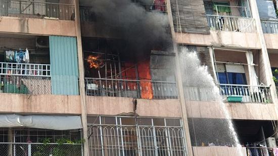 Toàn cảnh vụ cháy ký túc xá tại TP.HCM, hàng chục sinh viên mắc kẹt, chờ giải cứu - Ảnh 2