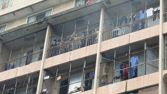 Toàn cảnh vụ cháy ký túc xá tại TP.HCM, hàng chục sinh viên mắc kẹt, chờ giải cứu - Ảnh 3