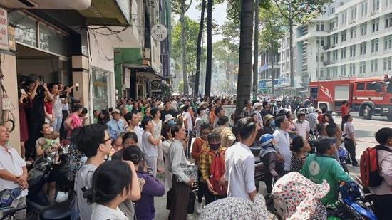 Toàn cảnh vụ cháy ký túc xá tại TP.HCM, hàng chục sinh viên mắc kẹt, chờ giải cứu - Ảnh 11
