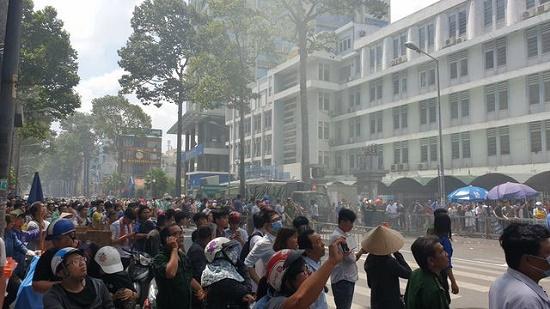 Toàn cảnh vụ cháy ký túc xá tại TP.HCM, hàng chục sinh viên mắc kẹt, chờ giải cứu - Ảnh 13