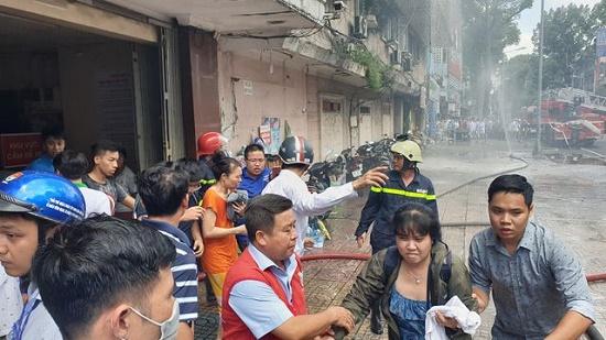 Toàn cảnh vụ cháy ký túc xá tại TP.HCM, hàng chục sinh viên mắc kẹt, chờ giải cứu - Ảnh 8