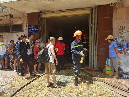 Hiện trường vụ cháy ký túc xá tại TP.HCM, hàng chục người mắc kẹt kêu cứu - Ảnh 7