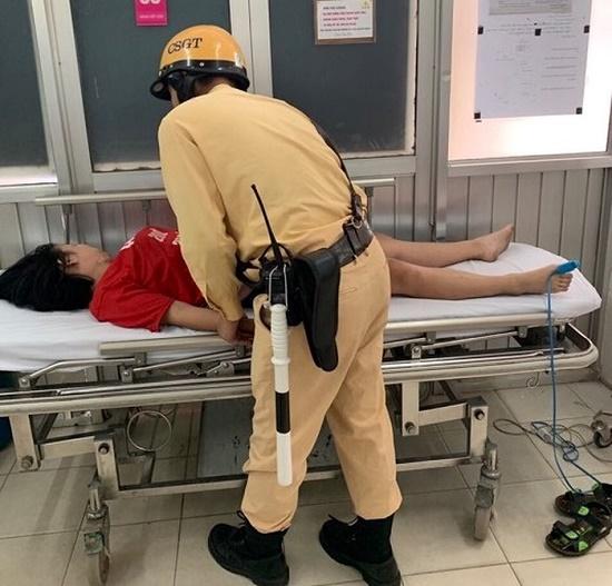 Người phụ nữ ngất xỉu giữa đường được CSGT đưa đi cấp cứu - Ảnh 1