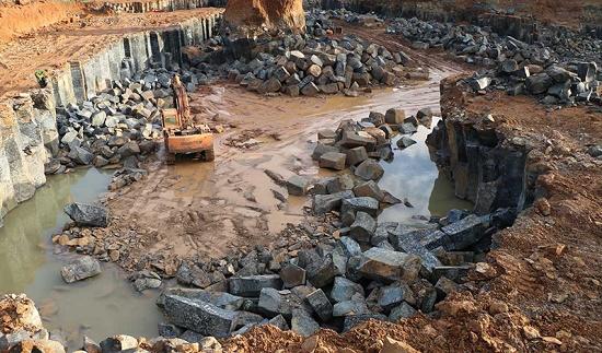 """Bình Phước: Phát hiện mỏ khai thác đá trái phép quy mô """"khủng"""" - Ảnh 1"""