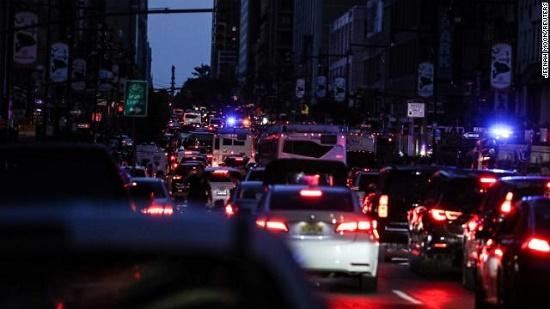 Một phần New York tê liệt vì mất điện nhiều giờ, hàng vạn người bị ảnh hưởng - Ảnh 2