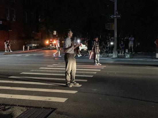 Một phần New York tê liệt vì mất điện nhiều giờ, hàng vạn người bị ảnh hưởng - Ảnh 4