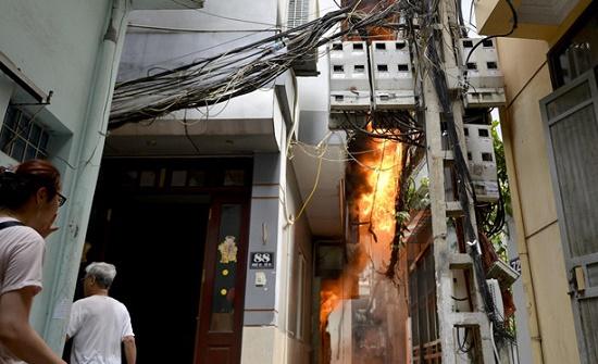 Hốt hoảng phát hiện lửa cháy ngùn ngụt căn nhà 4 tầng giữa phố Hà Nội - Ảnh 1