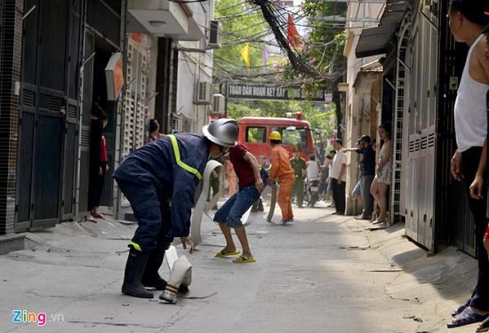 Hốt hoảng phát hiện lửa cháy ngùn ngụt căn nhà 4 tầng giữa phố Hà Nội - Ảnh 2