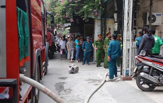 Hốt hoảng phát hiện lửa cháy ngùn ngụt căn nhà 4 tầng giữa phố Hà Nội - Ảnh 3