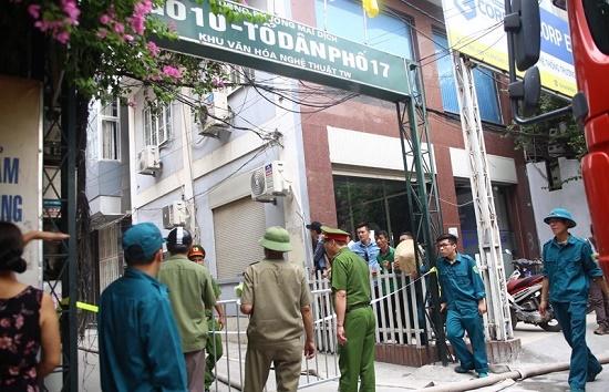 Hốt hoảng phát hiện lửa cháy ngùn ngụt căn nhà 4 tầng giữa phố Hà Nội - Ảnh 4