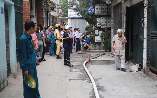 Hốt hoảng phát hiện lửa cháy ngùn ngụt căn nhà 4 tầng giữa phố Hà Nội - Ảnh 7