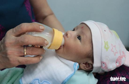 Phát hiện bé gái 1 tuần tuổi bị bỏ rơi trong hoa viên sau cơn mưa đêm - Ảnh 2