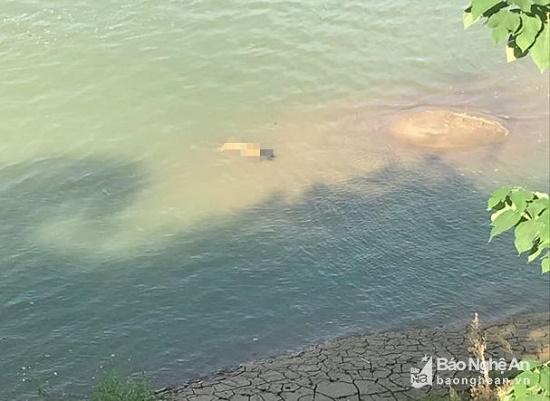 Bí ẩn thi thể người phụ nữ mặc áo ngủ nổi trên sông Lam - Ảnh 1