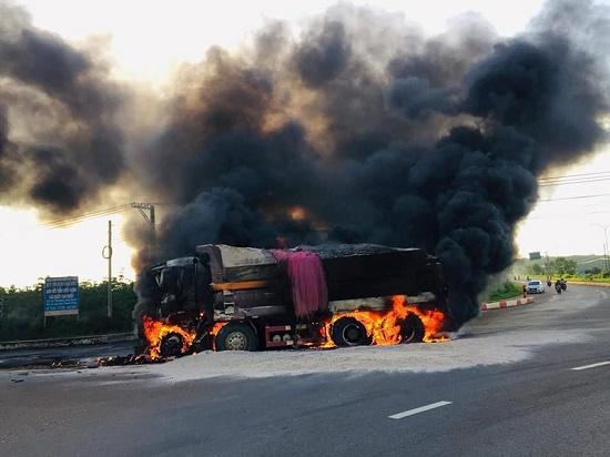 Xe tải tông sập cổng chào thành phố Mỹ Tho, thiệt hại hơn 1 tỉ đồng - Ảnh 2