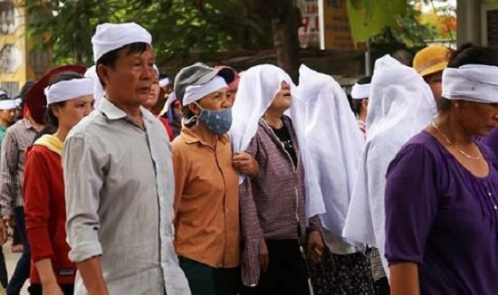 Xóm nhỏ trắng khăn tang tiễn đưa ngư dân tử nạn trên tàu cá bị chìm gần đảo Bạch Long Vĩ - Ảnh 2